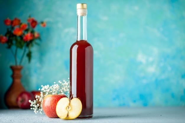 Widok z przodu ocet jabłkowy czerwony na niebieskim tle jedzenie owoce alkohol wino kwaśny kolor sok