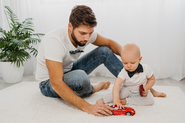 Widok z przodu ojca bawiącego się z dzieckiem w domu