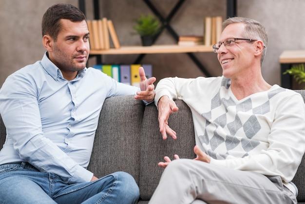 Widok z przodu ojca i syna dyskusji