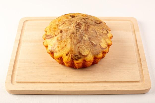 Widok z przodu okrągłe słodkie ciasto pyszne pyszne ciasto czekoladowe na kremowym biurku na białym tle
