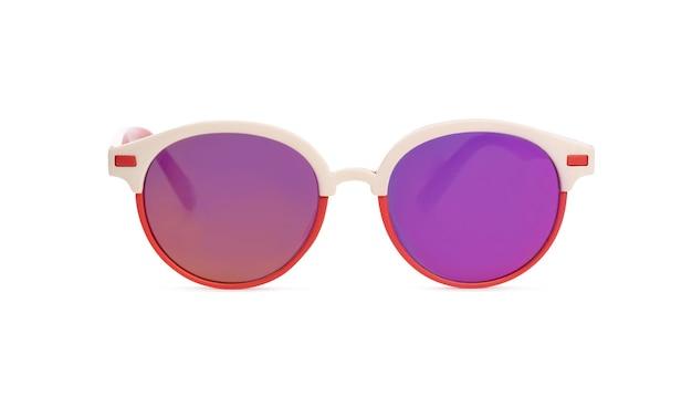 Widok z przodu okularów przeciwsłonecznych w czerwono-białej ramce na białym tle
