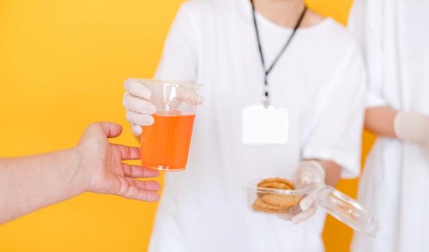 Widok z przodu osób przekazujących żywność