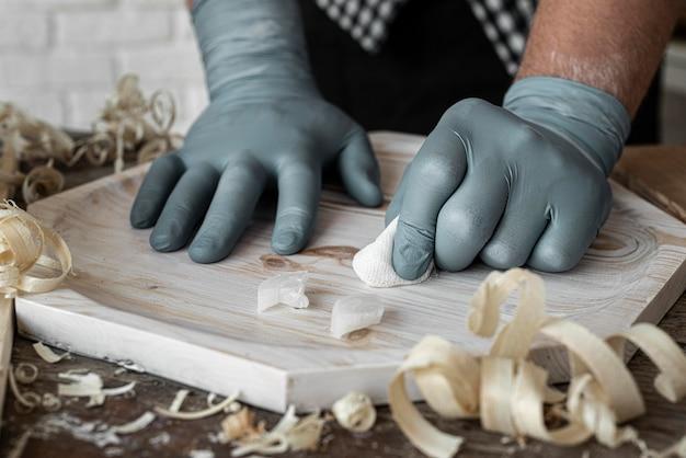 Widok z przodu osoba crafting w drewnie z bliska