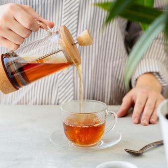 Widok z przodu osoby przygotowującej herbatę