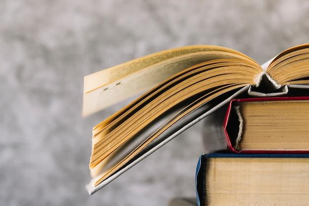 Widok z przodu otwarta książka