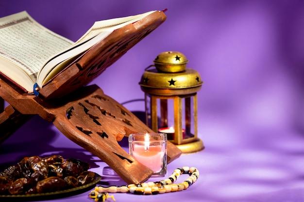 Widok z przodu otworzył koran na rehal