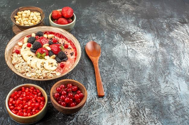Widok z przodu owocowe musli z owocami i orzechami na lekkim stole zboża zdrowia owoce