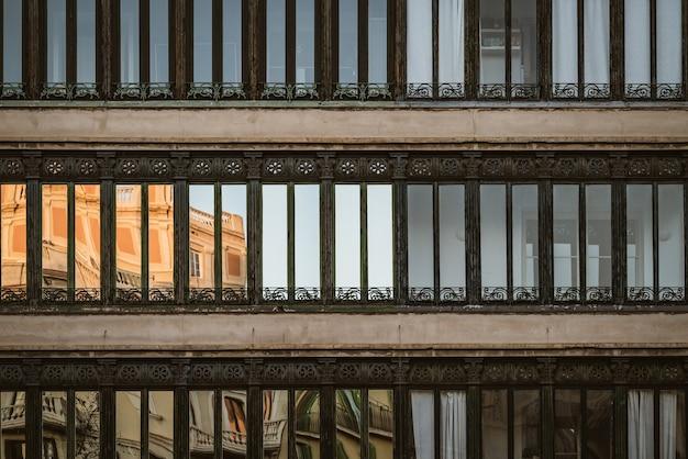 Widok z przodu ozdobnych okien budynku mieszkalnego