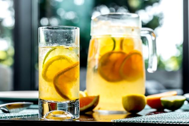 Widok z przodu ożywcza lemoniada z limonką i pomarańczą