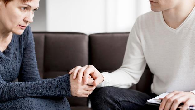 Widok z przodu pacjenta i psychologa