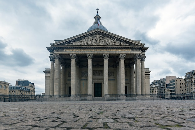 Widok z przodu panteonu miasta paryża