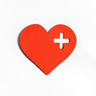 Widok z przodu papierowego serca na światowy dzień serca