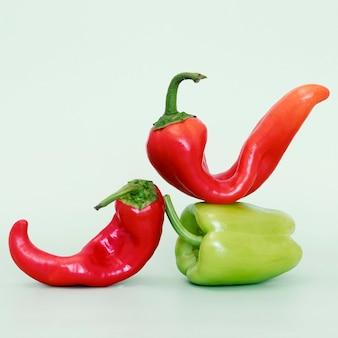 Widok z przodu papryki bell i chili