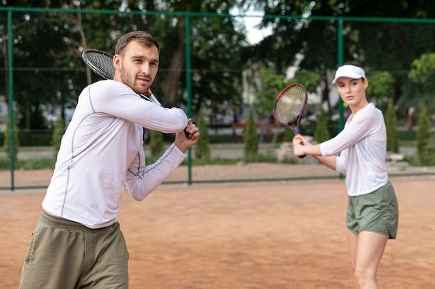 Widok z przodu para gry w tenisa