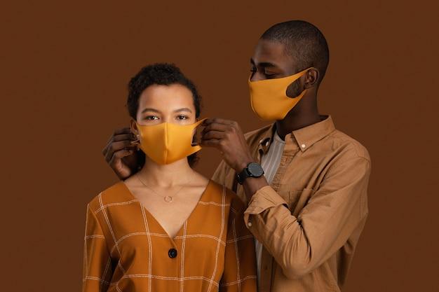 Widok z przodu para z maskami na twarz