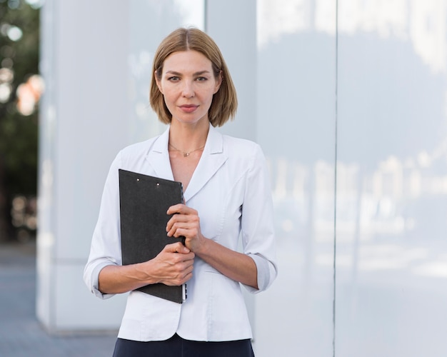 Widok z przodu pewna kobieta przedsiębiorca