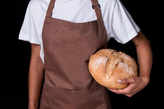 Widok z przodu piekarz trzyma chleb