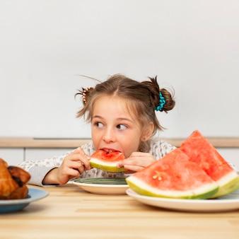 Widok z przodu piękna dziewczyna jedzenie arbuza