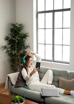 Widok z przodu piękna kobieta robi w pomieszczeniach