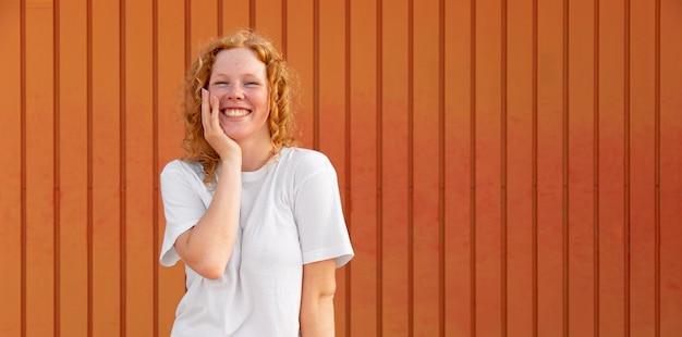 Widok z przodu piękna młoda dziewczyna z uśmiechem