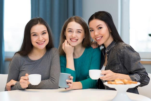 Widok z przodu piękne młode kobiety uśmiechnięte