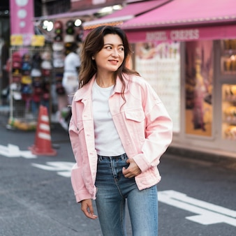 Widok z przodu pięknej dziewczyny w japonii