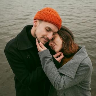 Widok z przodu pięknej i szczęśliwej pary