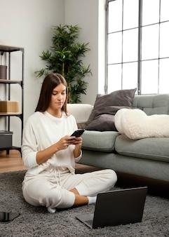 Widok z przodu pięknej kobiety pobytu na laptopie