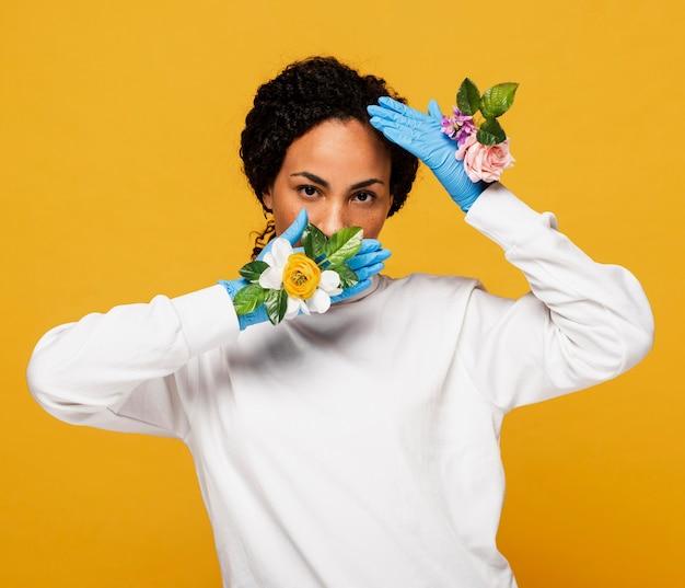 Widok z przodu pięknej kobiety z rękawiczkami kwiatowy