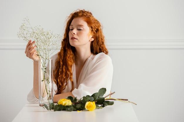 Widok z przodu pięknej kobiety z wiosennych kwiatów