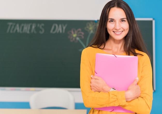 Widok z przodu piękny nauczyciel z miejscem na kopię