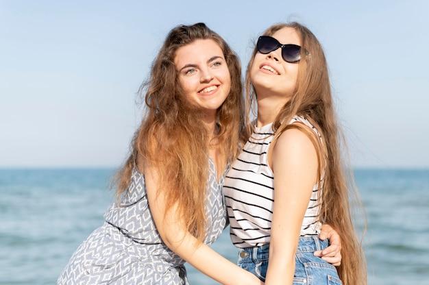 Widok z przodu pięknych dziewczyn na plaży