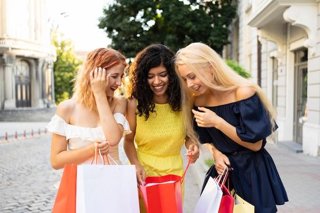 Widok z przodu pięknych dziewczyn z torbą na zakupy