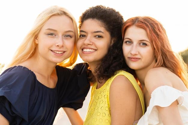 Widok z przodu pięknych uśmiechniętych dziewczyn