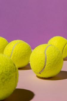 Widok z przodu piłek tenisowych z miejsca na kopię