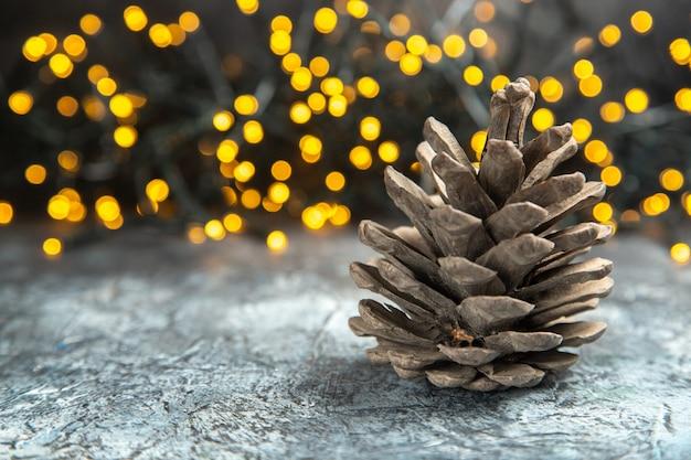 Widok z przodu pinecone na ciemnej odizolowanej powierzchni światła bożonarodzeniowe wolne miejsce