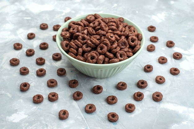 Widok z przodu płatki czekoladowe wewnątrz zielonej tablicy na niebieskim tle śniadanie kakao zboża żywność zdrowie