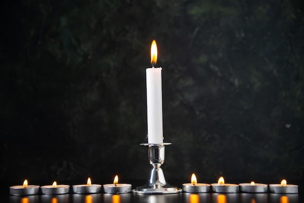 Widok z przodu płonących świec jako wspomnienie upadku na czarnej powierzchni