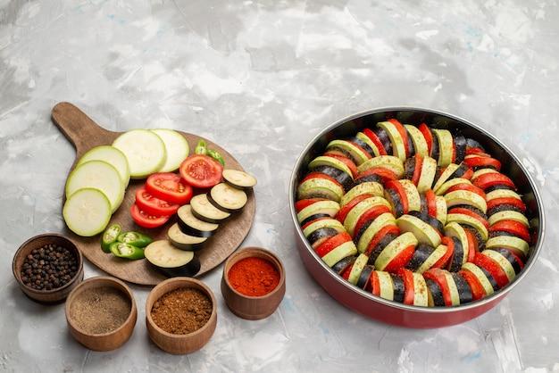 Widok z przodu pokrojone warzywa, takie jak pomidory i świeże bakłażany