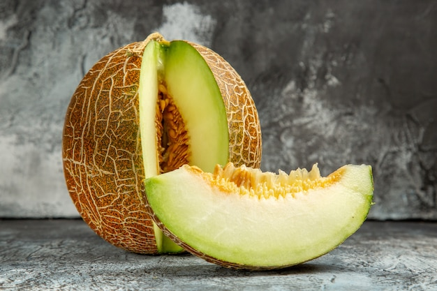 Widok z przodu pokrojony świeży melon na biurku w ciemnym świetle słodkie owoce letnie