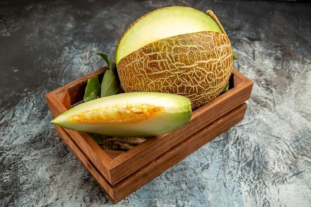 Widok z przodu pokrojony świeży melon na ciemno-jasnym tle