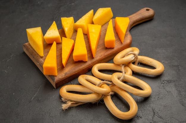 Widok z przodu pokrojony świeży ser ze słodkimi krakersami na ciemnym posiłku z przekąskami w kolorze zdjęcia śniadaniowego