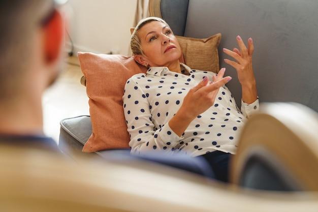Widok Z Przodu Posępnej Starszej Kobiety, Która Skarży Się Psychologowi Na Swoje Problemy Psychologiczne Premium Zdjęcia
