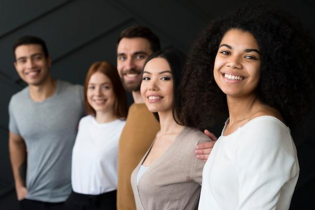 Widok z przodu pozytywne uśmiechniętych młodych ludzi