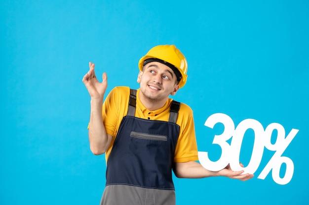 Widok z przodu pracownik płci męskiej w mundurze z napisem na niebiesko
