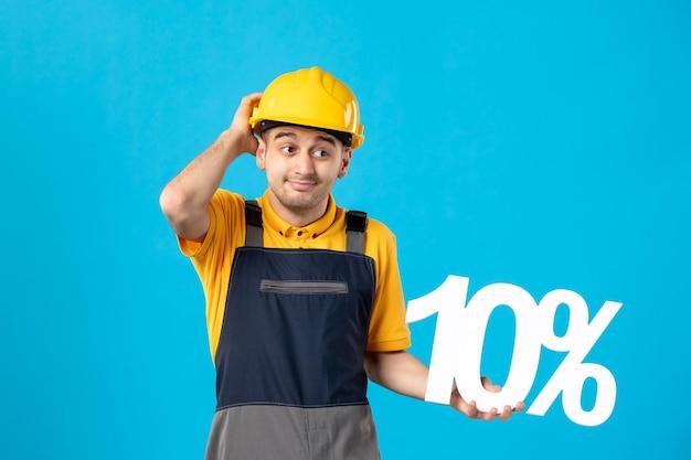 Widok z przodu pracownika płci męskiej w mundurze z napisem na niebiesko