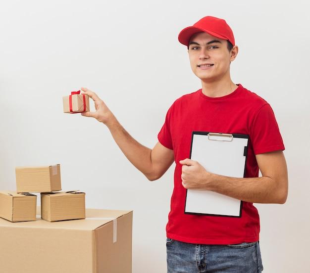 Widok z przodu pracownika usługi dostawy