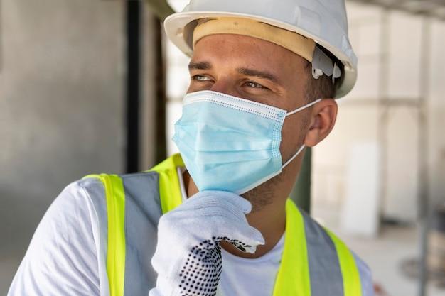 Widok z przodu pracownika w budowie noszenia sprzętu ochronnego