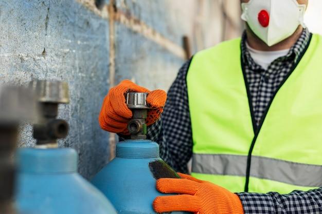 Widok z przodu pracownika z maską ochronną i rękawiczkami