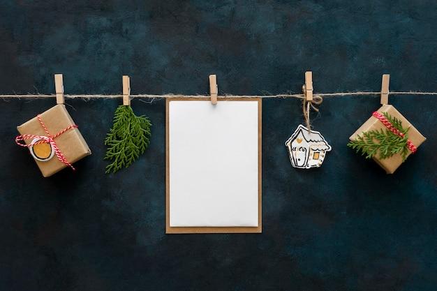 Widok z przodu prezentów świątecznych wiszących na sznurku ze szpilkami do odzieży